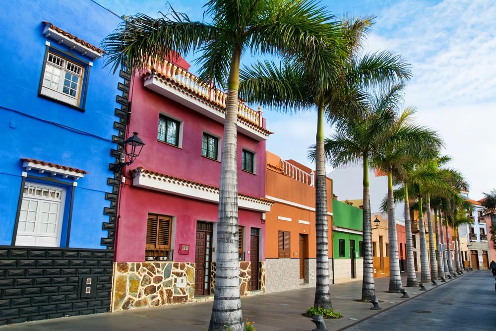 Teneryfa. Kolorowe domy i palmy na ulicy w Puerto de la Cruz miasta, Teneryfa, Wyspy Kanaryjskie, Hiszpania.