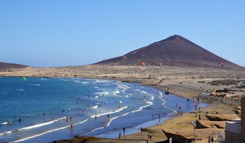 Plaża surfingowa El Medano w południowej części Teneryfy, Wyspy Kanaryjskie, Hiszpania.